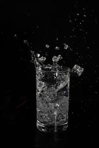 グラスの中のスプラッシュの写真素材 [FYI01254121]