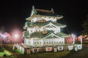 春のライトアップされた弘前城跡の移転した天守の風景の写真素材 [FYI01254129]