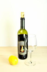 テーブルの上のワインボトルとワイングラスの写真素材 [FYI01254388]