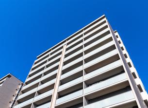 青空とマンションの写真素材 [FYI01254426]
