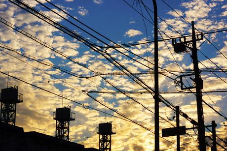 電線と夕焼けの写真素材 [FYI01254523]