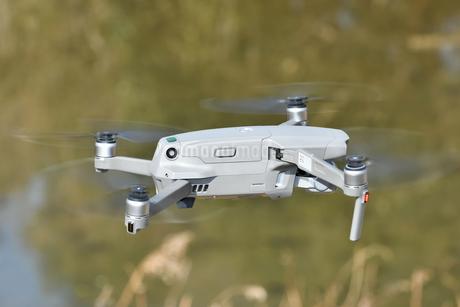 空撮専用の小型ドローンの写真素材 [FYI01254546]