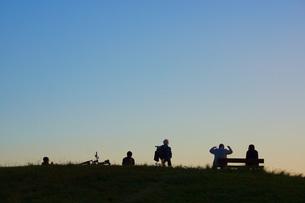 夕暮れの丘イメージの写真素材 [FYI01254560]