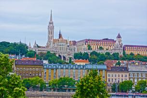 漁夫の砦が見える風景(ハンガリー)の写真素材 [FYI01254600]