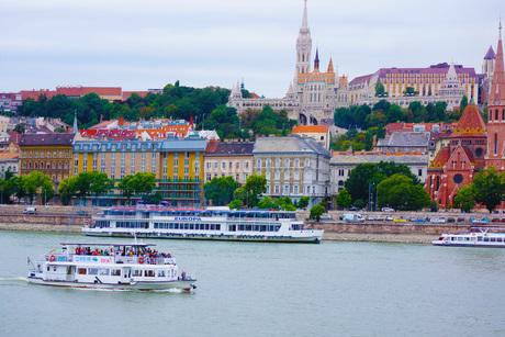 漁夫の砦が見える風景(ハンガリー)の写真素材 [FYI01254604]