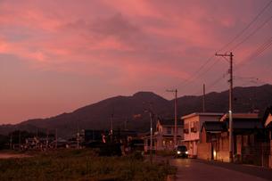 電信柱の連なる街並みとマジックアワーの写真素材 [FYI01254673]