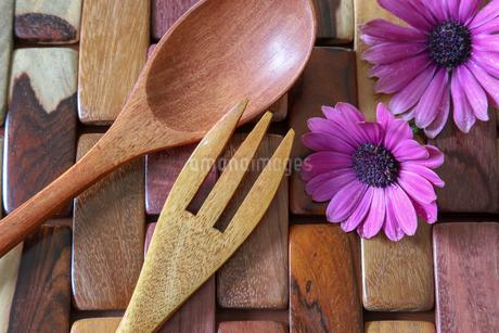 木製のフォークとスプーンの写真素材 [FYI01254679]