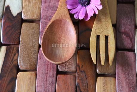 木製のフォークとスプーンの写真素材 [FYI01254680]