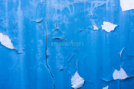 ボロボロの青い壁のイラスト素材 [FYI01254855]