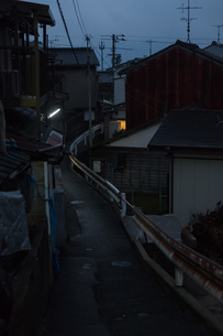 狭い路地と錆びたガードレールの写真素材 [FYI01254906]