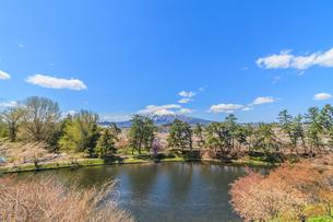 春の弘前城からみた風景の写真素材 [FYI01254914]