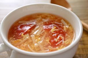 トマトとエノキの卵スープの写真素材 [FYI01255024]