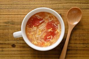 トマトとエノキの卵スープの写真素材 [FYI01255026]