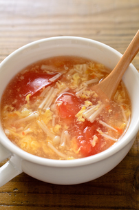 トマトとエノキの卵スープの写真素材 [FYI01255027]