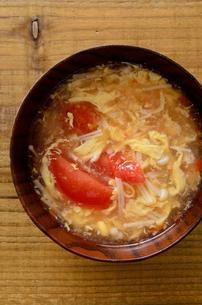 トマトとエノキの卵スープの写真素材 [FYI01255028]