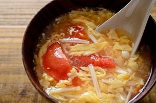 トマトとエノキの卵スープの写真素材 [FYI01255029]