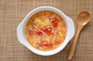 トマトとエノキの卵スープの写真素材 [FYI01255031]