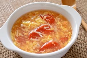 トマトとエノキの卵スープの写真素材 [FYI01255032]