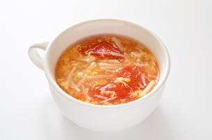 トマトとエノキの卵スープの写真素材 [FYI01255034]