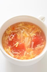 トマトとエノキの卵スープの写真素材 [FYI01255035]