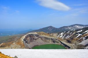 蔵王 お釜 残雪の写真素材 [FYI01255060]