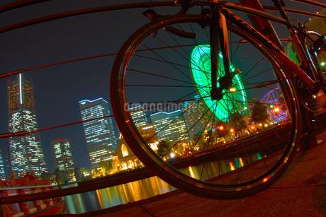 みなとみらいの夜景とロードバイクの写真素材 [FYI01255173]