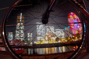 みなとみらいの夜景とロードバイクの写真素材 [FYI01255174]