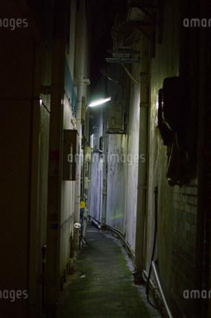 深夜の狭い路地裏の写真素材 [FYI01255182]