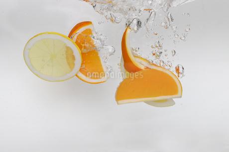 水中のオレンジとレモンの写真素材 [FYI01255235]