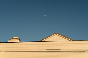 日中に見える月の写真素材 [FYI01255460]