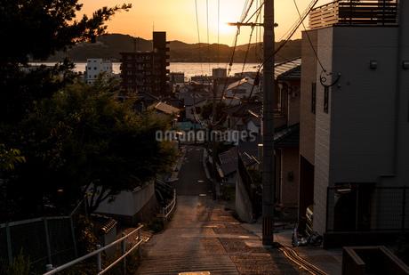 坂の上から夕日を見るの写真素材 [FYI01255461]