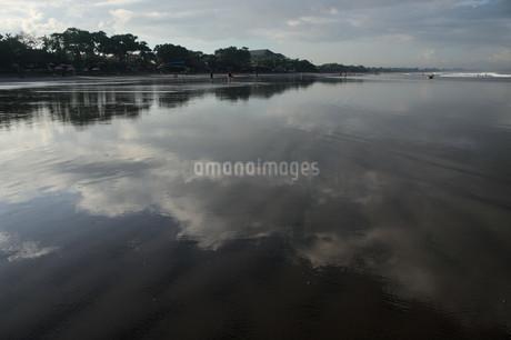 鏡面の砂浜に映る雲の写真素材 [FYI01255486]