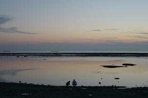 黄昏の海岸に二人の写真素材 [FYI01255520]