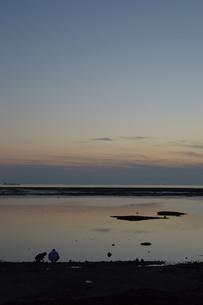 黄昏の海岸に二人の写真素材 [FYI01255521]
