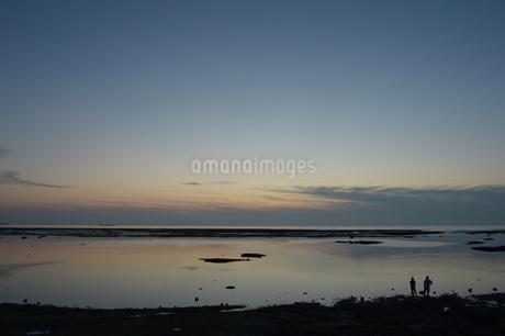 黄昏の海岸に二人の写真素材 [FYI01255522]