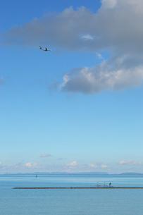 飛行機とSUPの写真素材 [FYI01255530]