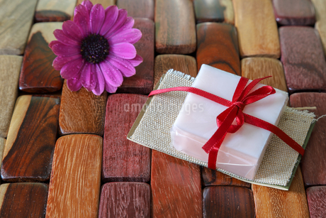 石鹸のプレゼントの写真素材 [FYI01255555]