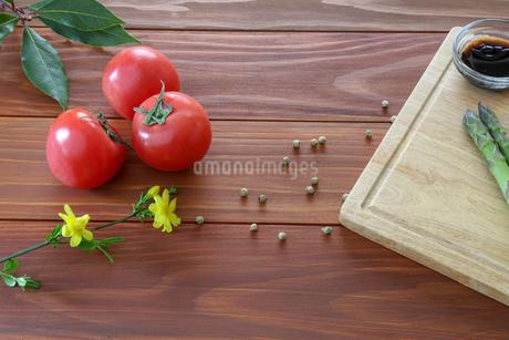 アスパラガスとトマトの写真素材 [FYI01255556]