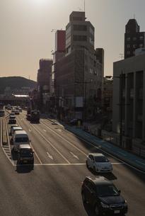歩道橋の上から車を見るシーンの写真素材 [FYI01255847]