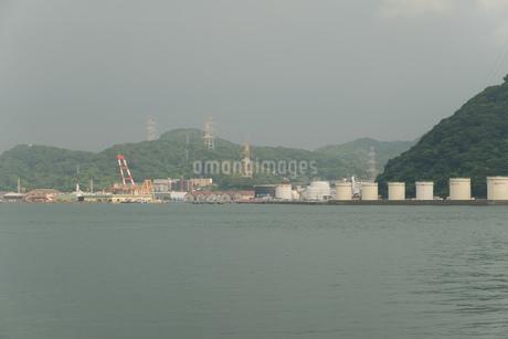 対岸に見える工業地帯の写真素材 [FYI01255849]