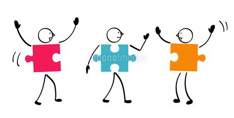 3人のパズルと連結のイラスト素材 [FYI01255873]
