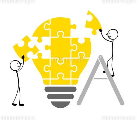 電球のパズルと人のイラスト素材 [FYI01255916]