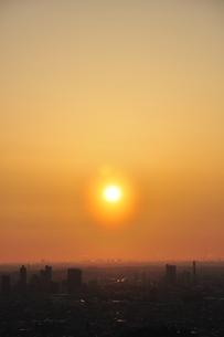 都市に昇る太陽の写真素材 [FYI01255946]