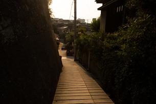 夕方の坂道の写真素材 [FYI01256033]