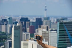 東京スカイツリーとスマホの写真素材 [FYI01256053]