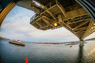 横浜スカイウォークから見える豪華客船(クイーンエリザベス)の写真素材 [FYI01256099]