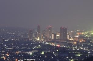 市街地の夜景の写真素材 [FYI01256468]