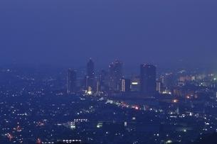 市街地の夜景の写真素材 [FYI01256469]
