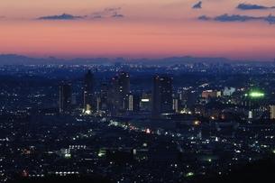 夜明け前の市街地の写真素材 [FYI01256470]