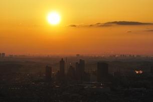 朝日と市街地の写真素材 [FYI01256476]